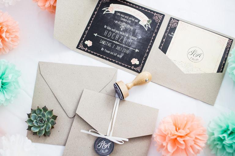 Hochzeitseinladung Pocketeinladung Pocketfold vintage kraftpapier hochzeitslogo stempel