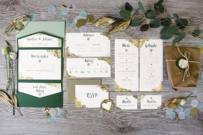 Wundervolle Hochzeitspapeterie für eine majestätische Winterhochzeit im Schloss Celle gehalten in grün, weiß gold mit roten Akzenten
